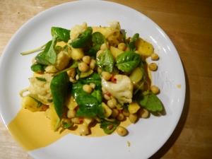 Salade van mango en kikkererwten met kerrie bord